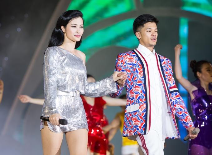 <p> Trên nền nhạc EDM sôi động của hai ca sĩ sẽ là sự xuất hiện của 43 thí sinh trong trang phục bikini.</p>