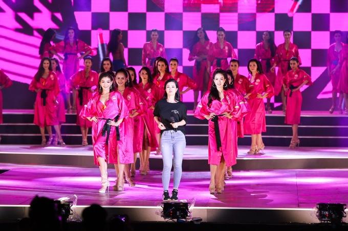 """<p> """"Không chỉ là một đêm trình diễn bikini nóng bỏng, """"Người đẹp biển"""" còn kết hợp với phần thi """"Người đẹp Du lịch"""" để tạo độ hoành tráng. Phần đầu chương trình sẽ mang đậm dấu ấn văn hoá miền Trung kết hợp với phần trình diễn áo dài truyền thống. Phần sau sẽ mang màu sắc sôi động với âm nhạc trẻ trung và đặc biệt là phần catwalk và đồng diễn bikini của 43 thí sinh"""", Tổng đạo diễn Hoàng Nhật Nam chia sẻ.</p>"""