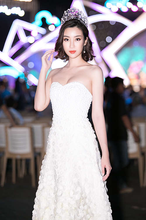 Người đẹp còn giữ vai trò giám khảo của đêm thi.