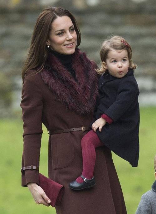 Vào Giáng Sinh năm 2016, Công nương Kate, Hoàng Tử Will và hai con đã tới nhà thờ cùng gia đình Middleton tại Englefield, Anh. Cả Kate và Charlotte đều trông thật ấm áp trong sắc đỏ rượu vang.