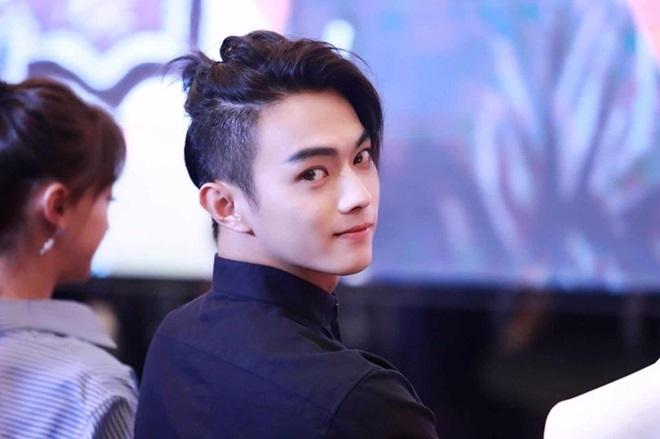 <p> Là ngôi sao trẻ, Hứa Khải hiện được nhiều người mến mộ nhờ vẻ ngoài điển trai cùng phong cách thời trang nổi bật.</p>