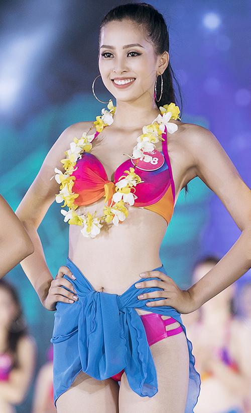 Trần Tiểu Vy - SBD 138, sinh năm 2000, là thí sinh nhỏ tuổi nhất cuộc thi năm nay. Cô cao 1,74 m, số đo ba vòng 84-63-90 cm. Ai sẽ là người xuất sắc đạt danh hiệu này? Kết quả sẽ được tiết lộ trong đêm Chung kết toàn quốc diễn ra ngày 16/9 tới.