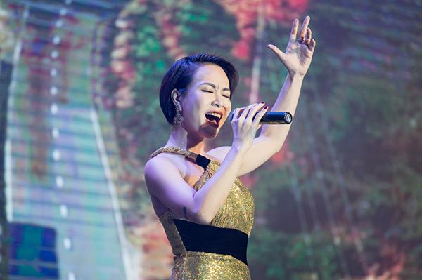 Uyên Linh trình diễn hai ca khúc tại sự kiện gồm Hello Việt Nam và Chờ người nơi ấy.
