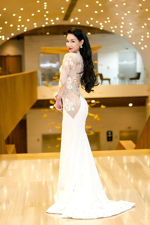 Ngày 25/8, MC - diễn viên Quỳnh Chi xuất hiện rạng rỡ tại sự kiện giới thiệu quỹ đầu tư phim ảnh đến từ Hàn Quốc (Landmark Asia). Nữ MC diện chiếc váy đuôi cá trắng với một bên xuyên thấu được điểm xuyết hoạ tiết hoa vừa thanh lịch vừa quyến rũ.