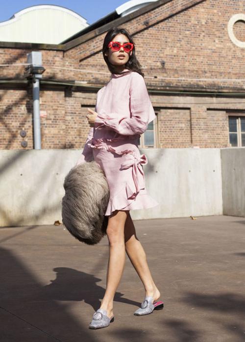 Các kiểu sục đế bệt hay đế cao gót đều được các cô gái yêu thích, kết hợp cùng nhiều kiểu trang phục từ nữ tính đến năng động.