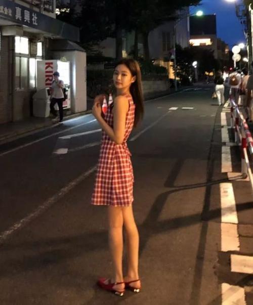 Chiếc váy có kiểu dáng không tay đơn giản nhưng rất tôn dáng, phía sau có dây thắt giúp Jennie khoe khéo vòng eo thon gọn.