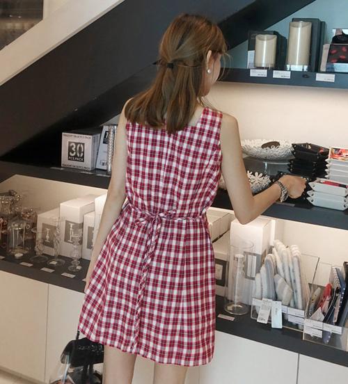 Với chất liệu thô mát mẻ, kiểu dáng dễ mặc hầu như cô gái nào cũng phù hợp, lại còn được Jennie lăng xê, váy nhanh chóng trở thành món đồ đắt khách ở Hàn Quốc.