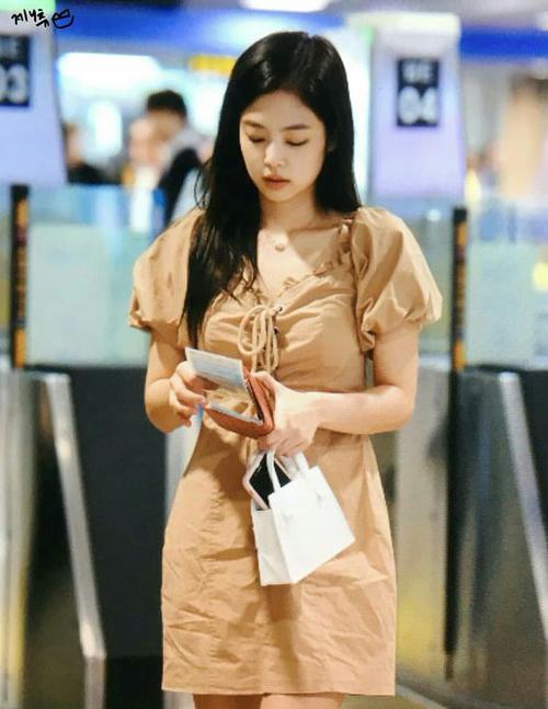 Ngoài chiếc váy kẻ đỏ, mùa hè năm nay Jennie cũng lăng xê nhiều mẫu áo váy áo bình dân đẹp mắt không kém. Trong hình cô nàng đang diện váy I.AM.GIA có giá khoảng hơn 2 triệu đồng.