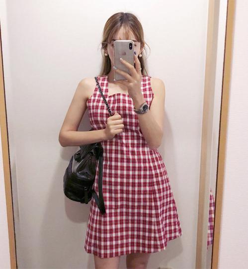 Jennie gây sốt với váy kẻ gingham xinh yêu giá 500k - 4
