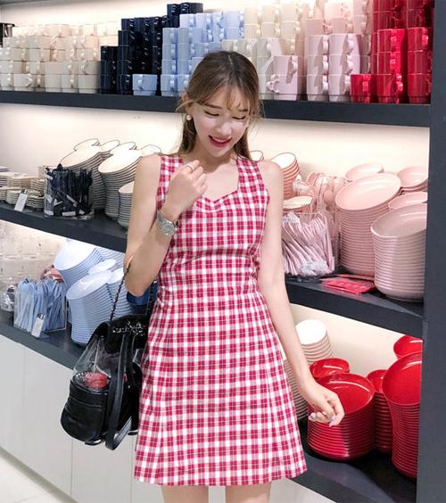 Ít ai biết rằng chiếc váy mà idol sang chảnh diện đến từ một thương hiệu bình dân Hàn Quốc có tên Yansae, giá của chiếc váy này là 25.900 won (tương đương 540k).