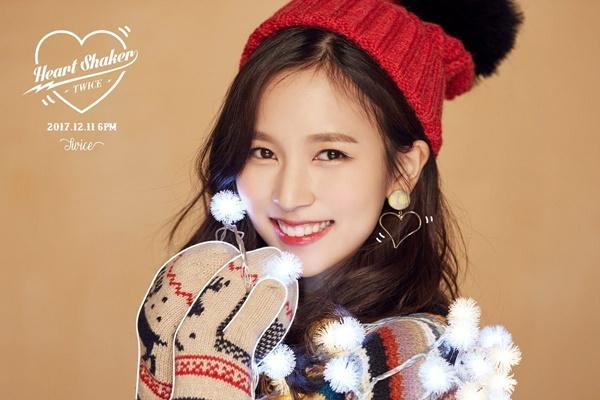 Trong ảnh quảng bá Heart Shaker, hai cô gái nhóm Twice là Mina...