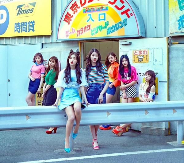 Các fan đều đồng tình rằng 7 thành viên nhóm DIA rất xinh đẹp trong ảnh quảng bá, nhưng ai cũng giật mình khi phát hiện một điều kỳ quặc...