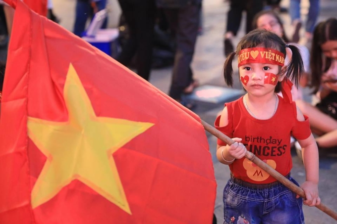 <p> Hàng trăm khán giả tại TP HCM đã đổ xô và khu vực phố đi bộ Nguyễn Huệ để cổ vũ cho Olympic Việt Nam. Một fan nhí ấn tượng thể hiện tình yêu với bóng đá Việt Nam.</p>