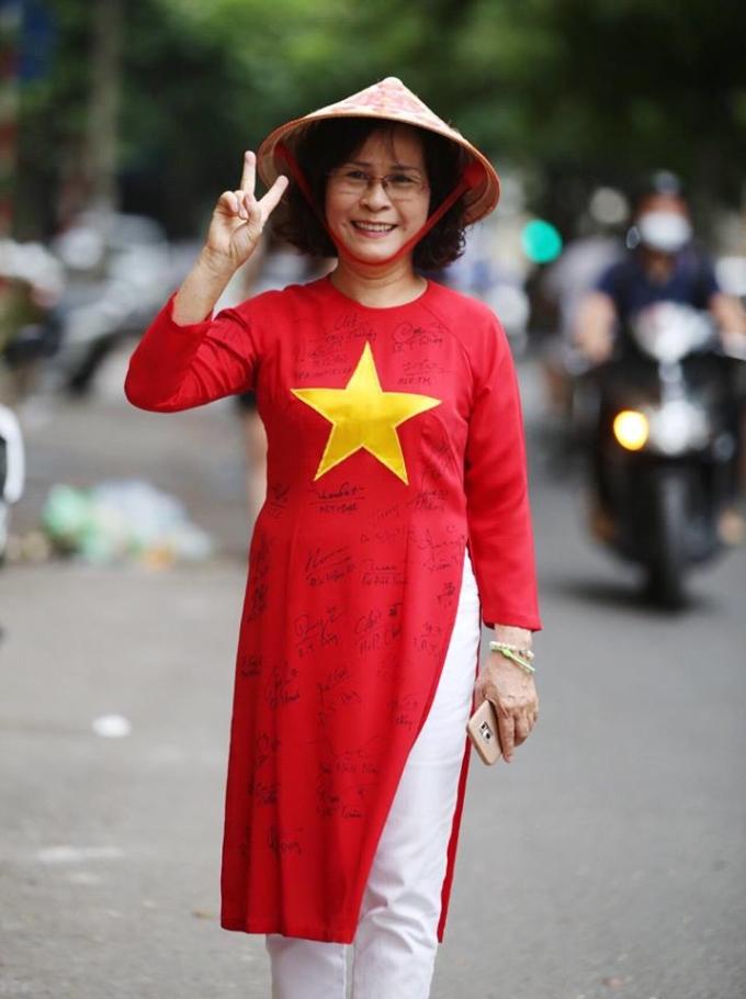 <p> Cô Nguyễn Hồng Thuý trong trang phục áo dài đến SVĐ để cổ vũ cho các cầu thủ trẻ U23. Cô Thúy cho biết, mỗi một giải cô đều xin chữ kí của các cầu thủ và hiện tại cô có bộ sưu tập khoảng 20 áo dài như thế này.</p>
