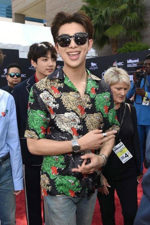Hồi tháng 5, Rap Monster (BTS) chọn áo sơ mi của Gucci để dự lễ trao giải Billboard Music Award.