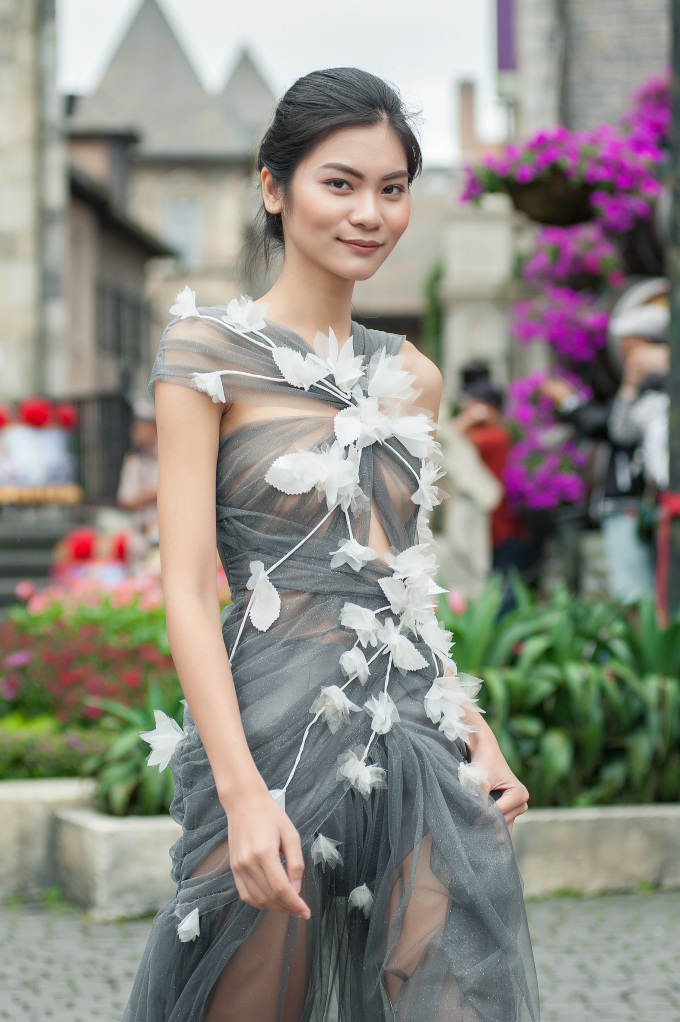 """<p> Các người đẹp đồng loạt khoác lên mình những bộ váy với chất liệu xuyên thấu gợi cảm, trên thân váy đính hoa để tạo hình ảnh lãng mạn như """"nàng thơ"""".</p>"""