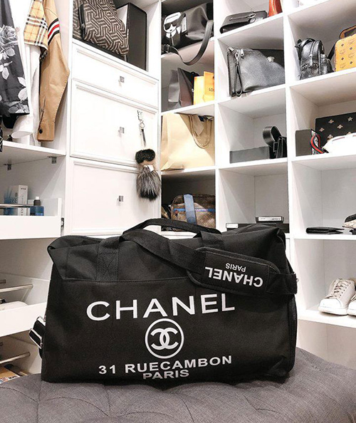 Mới đây, nữ ca sĩ - người mẫu khoe với fan chiếc túi cô dùng để đựng đồ chuẩn bị đi sinh. chính là món quà mà nhà mốt Chanel tặng cho những khách hàng VIP. Trên thị trường không bán loại túi xách này, thiết kế tiện lợi có thể dùng để đi du lịch, đi picnic, đi gym còn bà bầu Diệp Lâm Anh dùng nó để đi...đẻ.