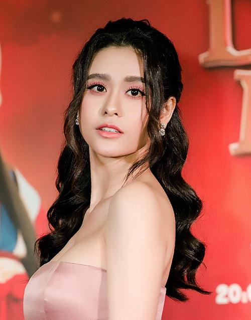 Gương mặt của Trương Quỳnh Anh bỗng dưng khác lạ chỉ vì cô nàng thay đổi cách kẻ lông mày từ hất lên sắc sảo thành xuôi xuống khá buồn.