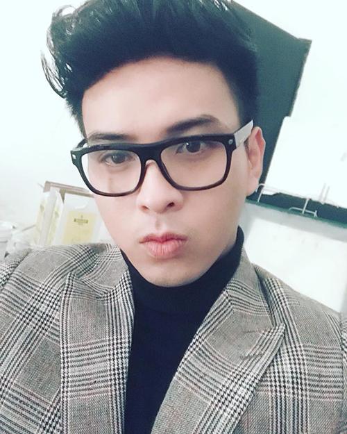 Hồ Quang Hiếu khoe ảnh đeo kính để kỷ niệm dịp... 3 ngày mắc chứng loạn thị.