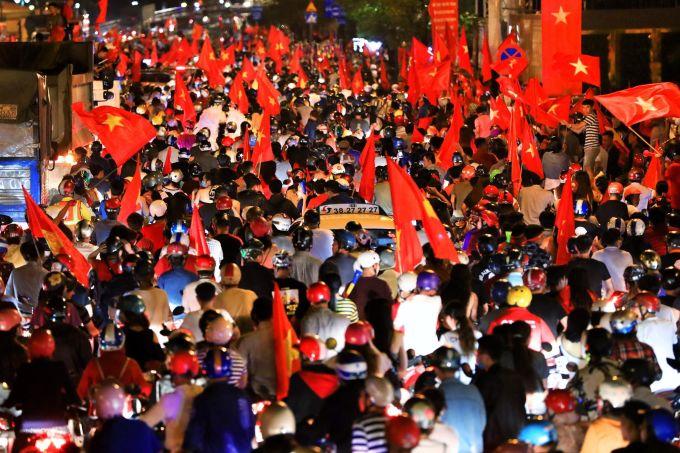 <p> Hiếm có đất nước nào trên thế giới thể hiện tình yêu bóng đá cuồng nhiệt như Việt Nam. Điều này đã được chứng minh khi truyền thông thế giới không ít lần phải choáng ngợp khi CĐV Việt Nam xuống đường ăn mừng chiến thắng của đội nhà. Người hâm mộ vừa được tiếp tục thể hiện sự cuồng nhiệt ngay sau trận thắng 1-0 vòng tứ kết của Olympic Việt Nam trước Syria.</p>