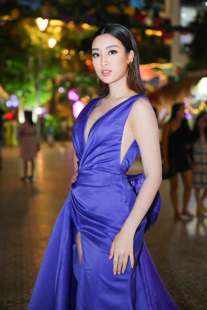 <p> Tại đêm thi 'Người đẹp Biển' trước đó, Mỹ Linh nhận được nhiều lời khen khi xuất hiện với mái tóc ngắn xoăn nhẹ.</p>