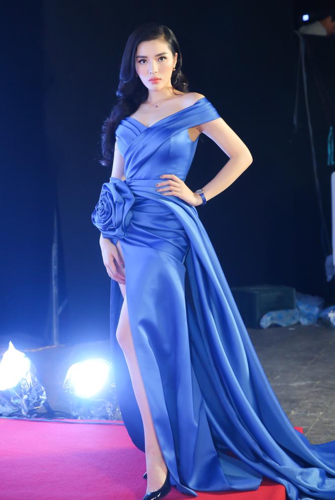 <p> Diện váy cùng kiểu dáng với Mỹ Linh, Hoa hậu Kỳ Duyên nổi bật không kém khi khéo léo để lộ đôi chân dài.</p>