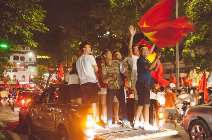 <p> Người dân khắp cả nước đổ ra đường ăn mừng, còn người dân Hà Nội tập trung lên Hồ Hoàn Kiếm - trái tim của thủ đô.</p>