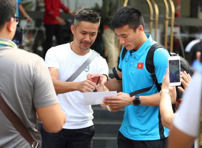 <p> Rất nhiều fan đã túc trực từ sớm trước khách sạnAston Imperial, Bakesi để tiếp cận thủ môn điển trai. Họ xin chữ ký và muốn được pose hình cùng Tiến Dũng.</p>