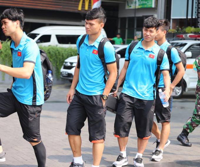 <p> 9h sáng nay (28/8), Olympic Việt Nam trả phòng và di chuyển đến Cibibong, Bogor để chuẩn bị cho trận bán kết vào ngày mai. Sau trận đấu tối qua (27/8) gặp Syria, các cầu thủ vẫn chưa hết mệt mỏi nhưng vẫn phải bám sát lịch trình.</p>