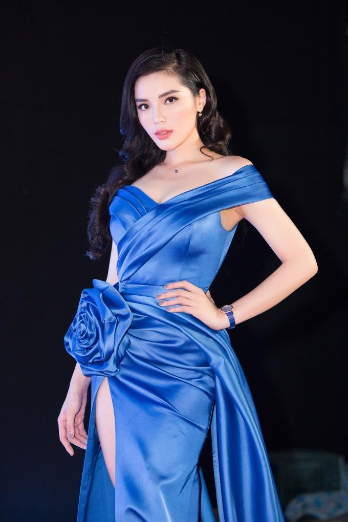 <p> Vẻ gợi cảm của Hoa hậu Việt Nam 2014 thu hút sự chú ý. Cô còn đảm nhận vai trò giám khảo khách mời của đêm thi.</p>