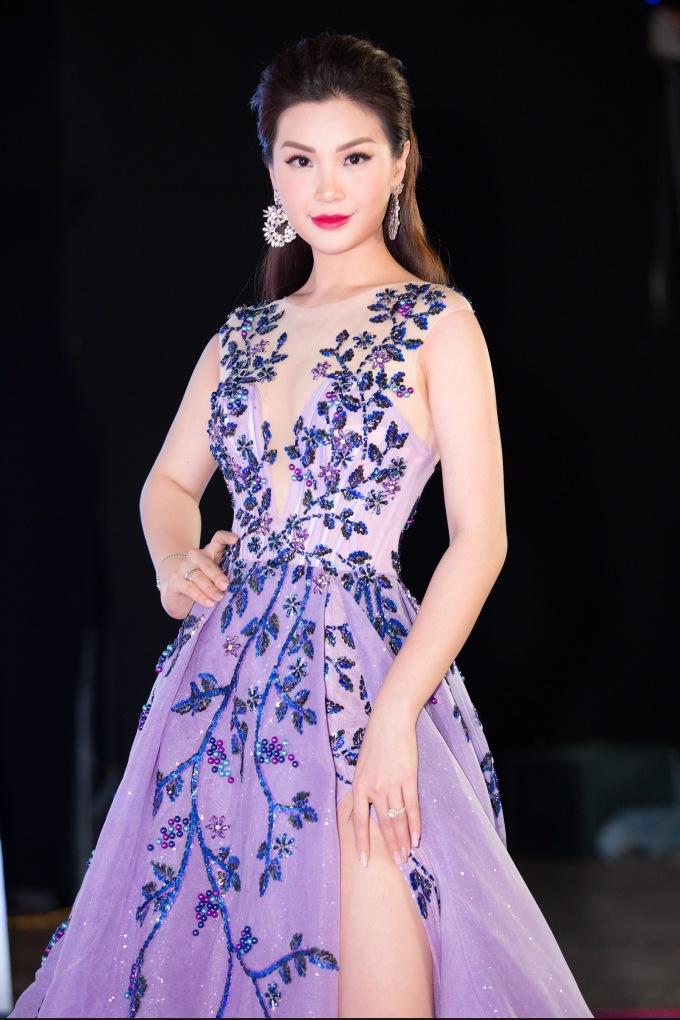 <p> Á hậu Diễm Trang yêu kiều với bộ cánh xuyên thấu màu tím. Người đẹp còn tham gia trình diễn mở màn trong một BST.</p>