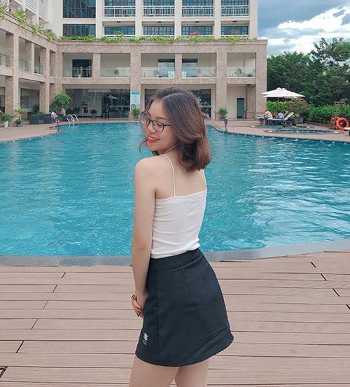 Trang phục này vừa mát mẻ, gọn gàng, thích hợp với những ngày hè, vừa giúp bạn gái Quang Hải khoe được làn da trắng và vóc dáng khỏe khoắn.