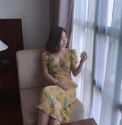 Cô gái 19 tuổi còn làm mới mình bằng những chiếc váy xẻ cổ sâu khoe vòng một.
