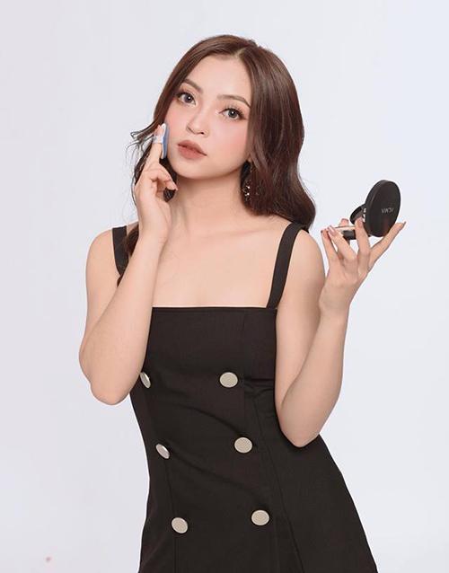 Việc đổi mới phong cách giúp Nhật Lê còn trở thành gương mặt đại diện cho một số thương hiệu.