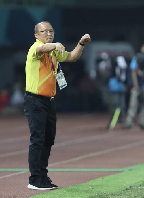 HLV Park Hang-seo chỉ đạo học trò trongtrận tứ kết.