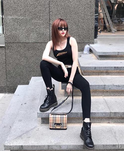 Bộ đồ đen cả cây giúp Thiều Bảo Trâm khoe guăn mặc riêng biệt. Phụ kiện được cô nàng lựa chọn là combat boots và túi xách Burberry đều rất cá tính.