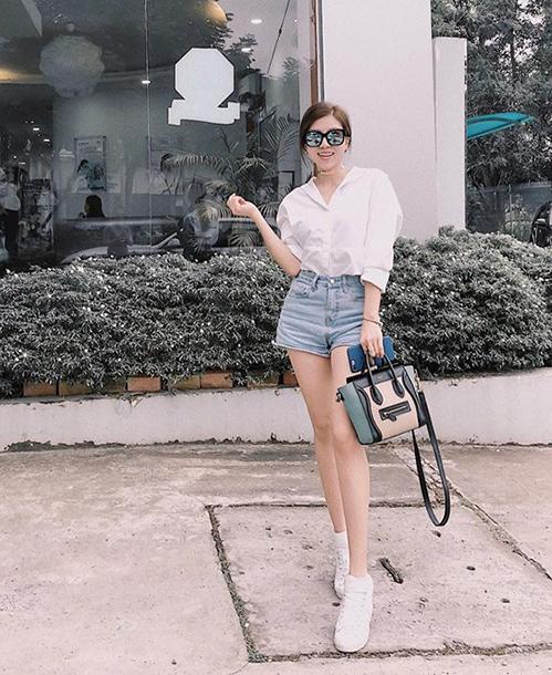 Vốn có style khá đơn giản nên tuần này, Trang Pháp cũng chỉ diện sơ mi trắng, shorts jeans cùng giày thể thao ra phố.