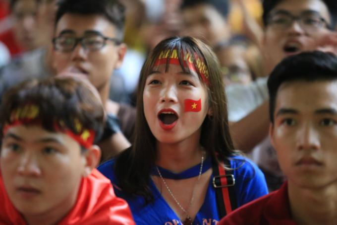 <p> Vẻ mặt của nữ sinh Đại học Bách Khoa Hà Nội...</p>
