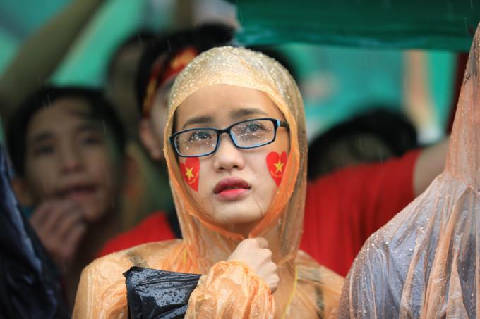 <p> Khuôn mặt thất thần của một bạn nữ khi tuyển Việt Nam thất bại trước đội Hàn Quốc.</p>