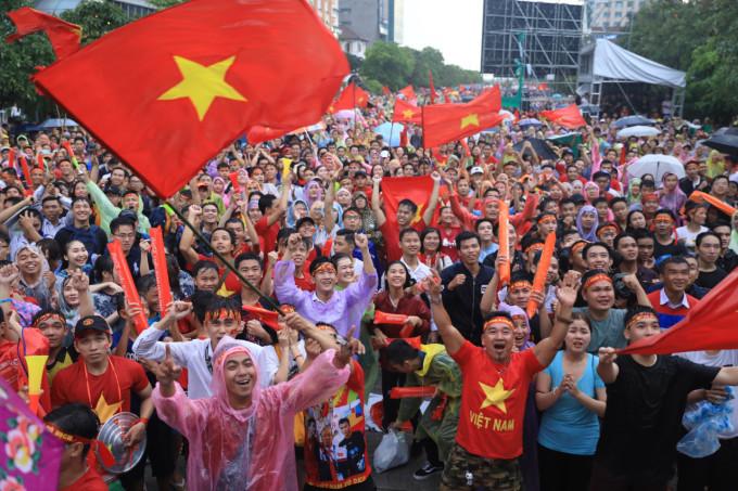 <p> Giây phút vỡ òa trong mưa vì hạnh phúc khi cầu thủ Minh Vương ghi bàn thắng đầu tiên cho tuyển bóng đá Việt Nam.</p>