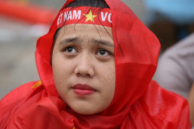Khoảnh khắc 'dầm mưa thăng hoa cùng bóng đá' ấn tượng của CĐV Việt Nam