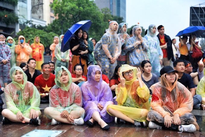 <p> Dù thời tiết không được thuận lợi, khán giả nước nhà, đặc biệt là giới trẻ vẫn đổ xô ra đường để cùng nhau theo dõi trận cầu nghẹt thở này.</p>