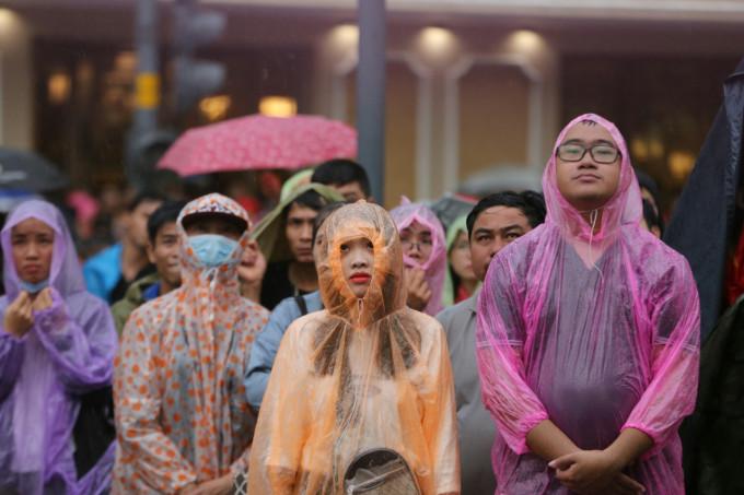 <p> Các cổ động viên sẵn sàng mặc áo mưa, đứng ngoài đường theo dõi diễn biến trận đấu.</p>