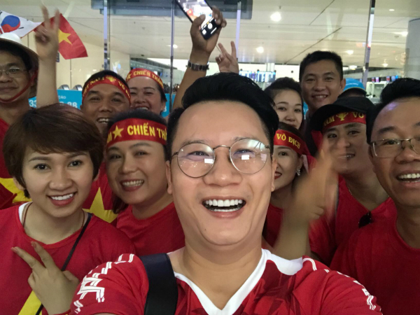 Không khí ngập tràn màu áo cờ đỏ sao vàng tại sân bay Indonesia.