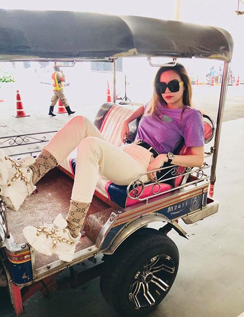 Hà Hồ diện cây hàng hiệu, pose dáng cực ngầu khi ngồi trên xe tuk tuk đi thăm thú Thái Lan.