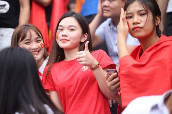 <p> Cô gái này thể hiện sự quyết tâm, cổ vũ cho các chàng trai Việt Nam.</p>