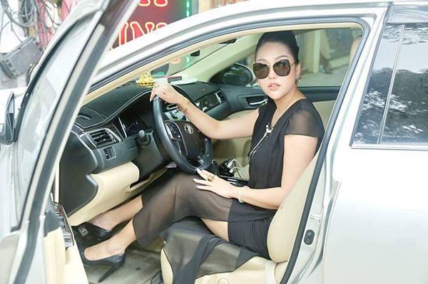 Phi Thanh Vân tự lái xế hộp đi sự kiện.