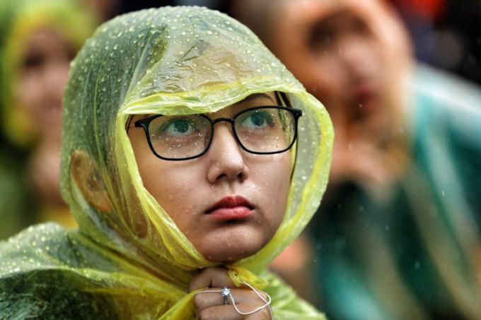 <p> Khán giả dường như chìm đắm hoàn toàn vào trận đấu, kệ mưa xối xả.</p>