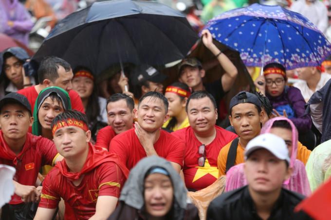 <p> Nhiều người còn chấp nhận để đầu trần, phơi mình giữa mưa để hòa vào dòng người hâm mộ.</p>