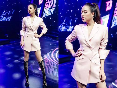 Không chỉ ưu ái các thiết kế nước ngoài, Hoàng Thùy Linh cũng thường xuyên diện đồ của những NTK trong nước. Blazer gam màu hồng nude của NTK Trần Hữu Duy mix cùng giày dây đan mang hơi hướm chiến binh khiến cô nổi bật hơn bao giờ hết.